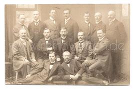 Alte Fotografie Postkarte GRUPPENBILD ELEGANTE MÄNNER IM ANZUG, Herrenmode 1914