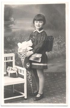 Alte Fotografie Postkarte  EINSCHULUNG Mädchen mit großer Schultüte und Schulranzen