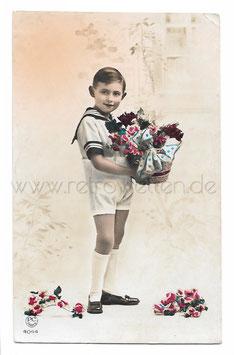 Alte Fotografie Postkarte  JUNGE IM MATROSENHEMD MIT BLUMENKORB UND ROSEN, 1939