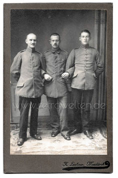 Alte Kabinett Fotografie DREI SOLDATEN IN UNIFORM , Messkelch um 1915