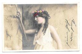 Alte Fotografie Postkarte  SCHÖNE FRAU MIT BLUMENKRANZ IM HAAR