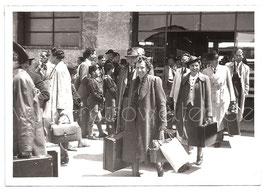 Alte Fotografie Postkarte VIAREGGIO - Reisende kommen aus dem Bahnhof, 1939