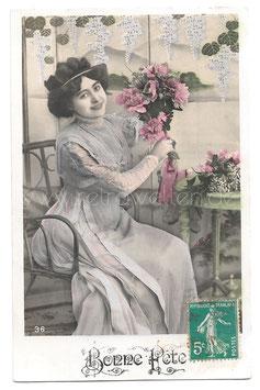 Alte Fotografie Postkarte BONNE FÊTE  schöne Frau mit Blumenstrauß