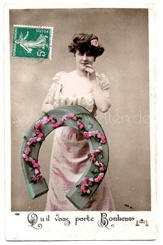 Alte Fotografie Postkarte QU'IL VOUS PORTE BONHEUR Frau mit großem Hufeisen als Glücksbringer