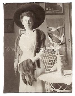 Alte Fotografie ELEGANTE JUNGE DAME MIT GROßEM HUT PELZSTOLA  UND PELZMUFF, Mode um 1905