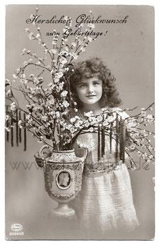 Alte Fotografie Postkarte HERZLICHEN GLÜCKWUNSCH ZUM GEBURTSTAGE  schönes Mädchen hält Vase mit Kirschblütenzweigen