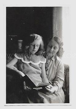 Alte Fotografie MUTTER UND TOCHTER LESEN EIN BUCH 1930er Jahre