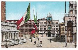 Alte Foto Postkarte VENEDIG VENEZIA Markusplatz mit Fahnen und Uhrenturm