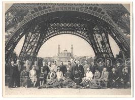 Alte Gruppenbild Fotografie PARIS - Personen unter dem Eiffelturm mit Blick auf Trocadero, 1920er Jahre
