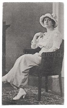 Alte Fotografie Postkarte ELEGANTE FRAU MIT HUT UND SPITZENBLUSE SITZT IM SESSEL, Mode um 1918