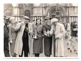 Alte Fotografie VENEDIG VENEZIA Taubenfütterung auf dem Marktplatz, 1937