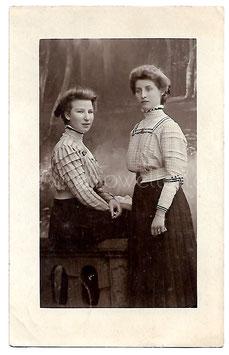 Alte Fotografie Postkarte ZWEI FRAUEN, 1903