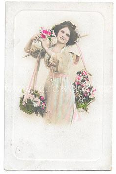 Alte Foto Postkarte SCHÖNE BLUMENVERKÄUFERIN MIT BLUMENKÖRBEN 1909