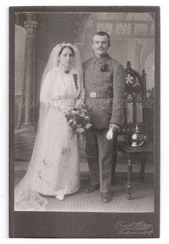 Alte Kabinett Fotografie SOLDATENHOCHZEIT Brautpaar aus Hartmannsdorf, Soldat in Uniform mit seiner Braut, um 1910