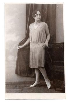 Alte Fotografie Postkarte  SCHÖNE JUNGE FRAU MIT 20er JAHRE CHARLESTON KLEID