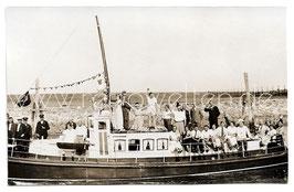 Alte Fotografie Postkarte PERSONEN MACHEN EINE BOOTSFAHRT, 1930er Jahre