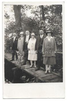 Alte Fotografie Postkarte elegante Personen mit Schäferhund auf einem Steg