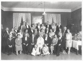 Alte Gruppenbild Fotografie HOCHZEIT  Brautpaar mit Hochzeitsgesellschaft, 1920er Jahre