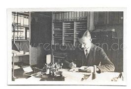 Alte Fotografie ANGESTELLTER BEI DER ARBEIT IM BÜRO, 1930er Jahre