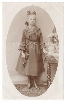 Alte Foto Postkarte HÜBSCHES MÄDCHEN MIT KONFIRMATIONSKLEID UND GEBETSBUCH um 1910