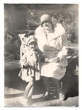 Alte Fotografie  Postkarte MUTTER & TOCHTER  MIT HUND in den 1920er Jahren