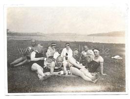 Alte Fotografie PERSONEN MIT BADEANZUG TRINKEN KAFFEE AUF DER WIESE -  Bademode 20er Jahre