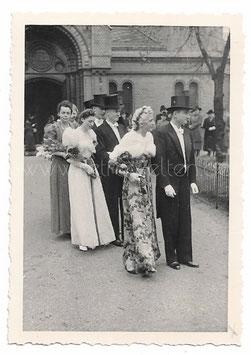 Alte Fotografie HOCHZEIT elegante Hochzeitsgäste vor der Moritzkirche in Zwickau