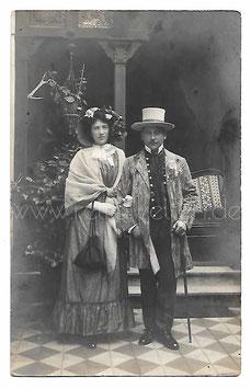 Alte Fotografie Postkarte FASCHING Mann und Frau in Biedermeier-Kleidung, 1910er Jahre