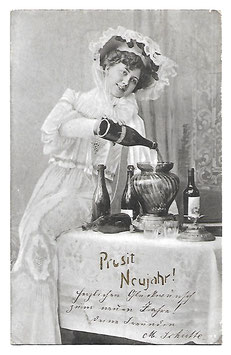 """Alte Postkarte """"PROSIT NEUJAHR!"""" elegante Frau mit Sektflaschen und Bowle, 1904"""