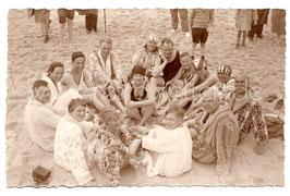 Alte Fotografie Postkarte PERSONEN MIT BADEMANTEL UND BADEANZUG  AM STRAND, Bademode 20er Jahre