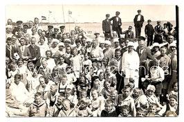 Alte Fotografie Postkarte Gruppenfoto VIELE MENSCHEN AM STRAND, 1920er Jahre