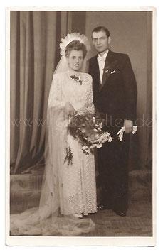Alte Fotografie Postkarte HOCHZEIT  elegantes Brautpaar aus den 1940er Jahren