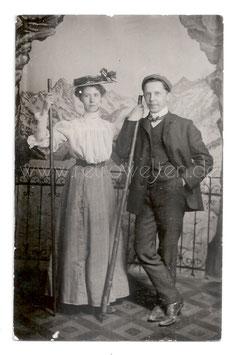 Alte Foto Postkarte Kabinettfoto PAAR MIT WANDERSTOCK, 1906