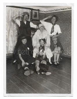 Alte Fotografie FASCHING lustige junge Frauen als Männer und Clown verkleidet, 1930