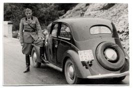 """Alte Postkarte  ITALIENISCHER SOLDAT MIT FIAT """"BALILLA 1100"""" OLDTIMER MILITÄR AUTOMOBIL"""