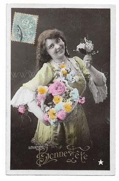 Alte Fotografie Postkarte BONNE FÊTE  Frau mit Blumenkorb und Maiglöckchen