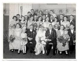 Alte Fotografie HOCHZEIT  Brautpaar mit Hochzeitsgesellschaft, 1920er Jahre
