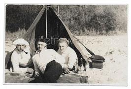 Alte Foto Postkarte JUNGE MÄNNER BEIM ZELTEN, 1928