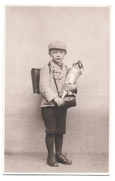 Alte Fotografie Postkarte  EINSCHULUNG süßer Junge mit Schultüte und Schulranzen