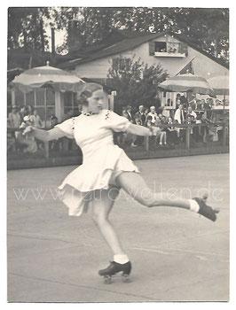 Alte Fotografie ROLLSCHUHLÄÜFERIN IN DEN 1930er JAHREN
