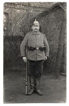 Alte Foto-Postkarte SOLDAT MIT BAJONETT UND PICKELHAUBE um 1915
