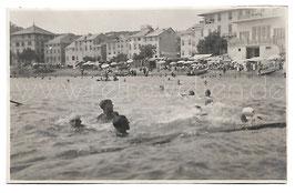 Alte Foto Postkarte GENUA GENOVA Strandpartie von Arenzano mit Badegästen, Italien 1928