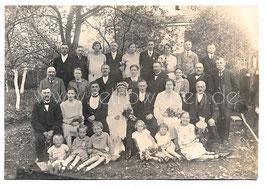 Alte Foto Postkarte HOCHZEIT IN OSTPREUSSEN Brautpaar mit Hochzeitsgesellschaft - 1930