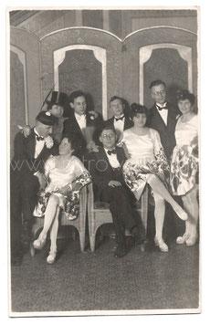 Alte Fotografie Postkarte FASCHING  elegante Frauen und Männer mit Faschingskostümen,  1920er Jahre