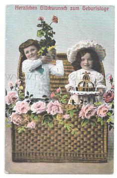 Alte Postkarte HERZLICHEN GLÜCKWUNSCH ZUM GEBURTSTAGE  Kinder mit Blumen und Torte
