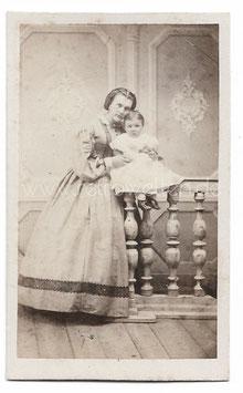 Alte CDV Fotografie ELEGANTE MUTTER MIT IHRER KLEINEN TOCHTER, 1864