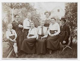 Alte Fotografie Gruppenbild FAMILIENPORTRÄT MIT 2 KANINCHEN um 1910