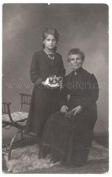 Alte Fotografie Postkarte ELEGANTE GROßMUTTER MIT IHRER HÜBSCHEN ENKELIN um 1900