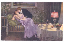 Alte Künstler Postkarte LIEBESPAAR AUF DEM SOFA