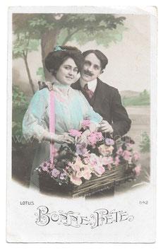 Alte Fotografie Postkarte BONNE FÊTE  Paar mit Blumenkorb